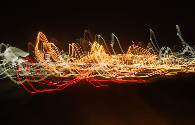 Hermosas imágenes borrosas de las luces del coche.