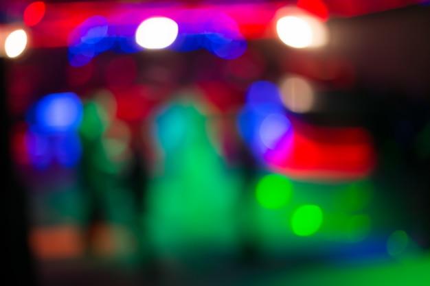 Hermosas luces borrosas en la pista de baile