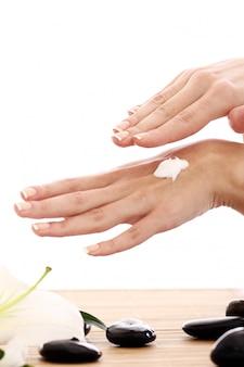 Hermosas manos con crema