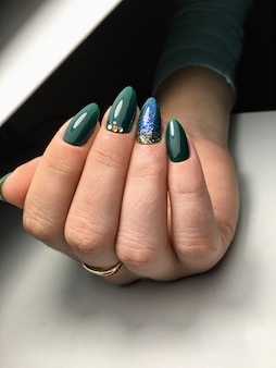 Hermosas manos femeninas diseño de uñas