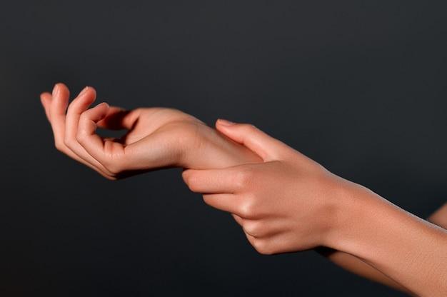 Hermosas manos femeninas.