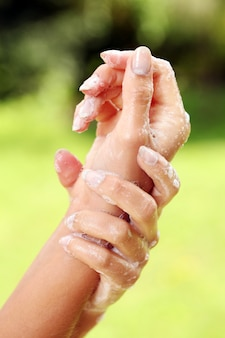 Hermosas manos en jabón