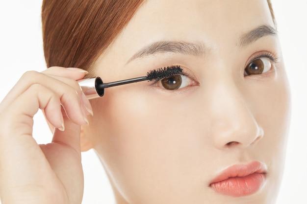 Hermosas modelos femeninas cuidan las pestañas y las cejas