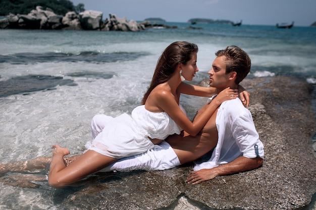 Hermosas modelos pasión pareja besándose y abrazándose en el agua de mar. phuket tailandia