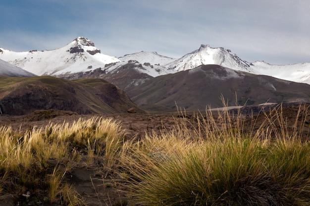 Hermosas montañas altas cubiertas de nieve