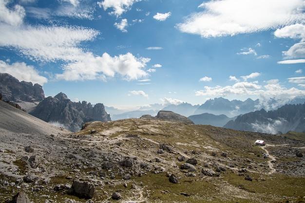 Hermosas montañas y cielo azul con nubes blancas