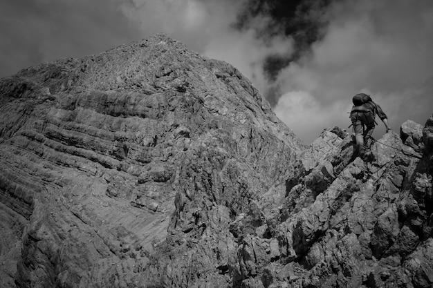 Hermosas montañas y colinas en blanco y negro