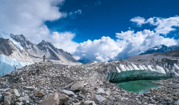 Hermosas montañas nevadas con lago