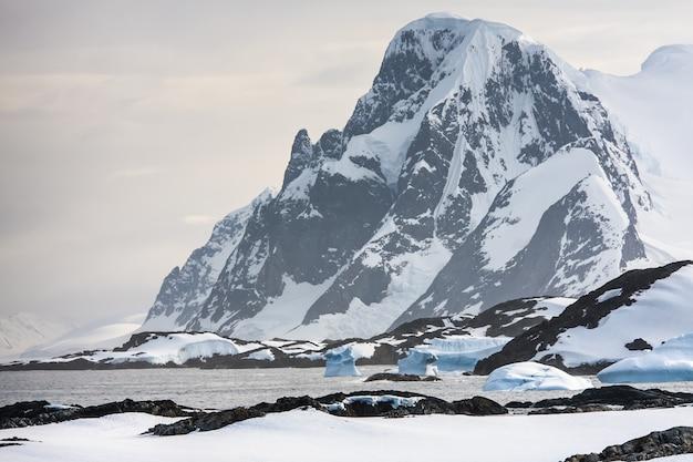 Hermosas montañas nevadas