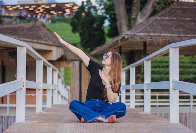 Hermosas mujeres admiran la belleza y la atmósfera de la plantación de té choui fong