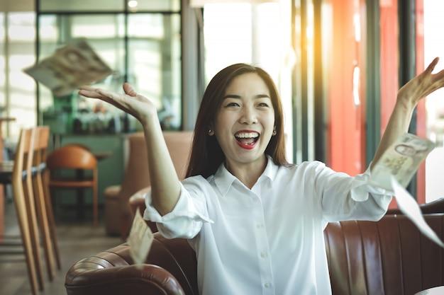 Hermosas mujeres asiáticas, dueños de negocios privados haciendo negocios con éxito tenga dinero en la mano