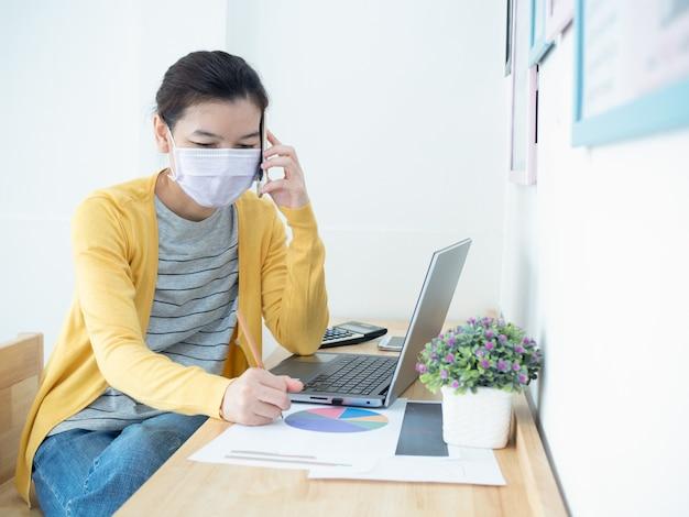 Hermosas mujeres asiáticas con máscaras trabajan en homeconcept.