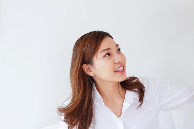 Hermosas mujeres asiáticas sonriendo en la cama de vacaciones