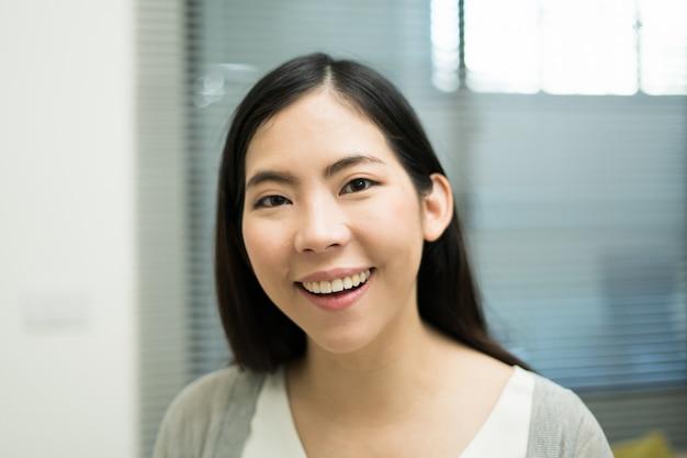 Hermosas mujeres asiáticas sonriendo y mirando a la cámara