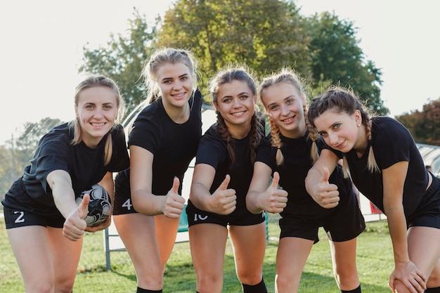 Hermosas mujeres atléticas mostrando signo ok