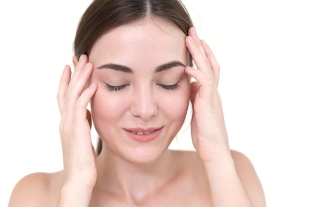 Hermosas mujeres auto cabeza masaje temporal para aliviar el dolor de cabeza