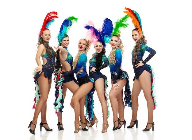 Hermosas mujeres caucásicas jóvenes en carnaval y elegantes disfraces de disfraces