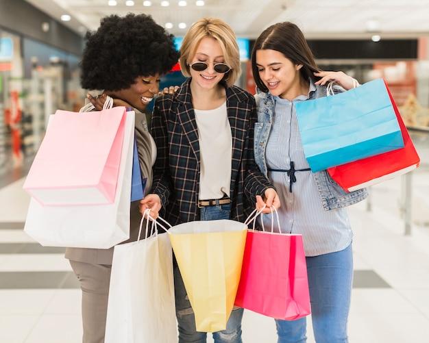Hermosas mujeres comprando juntas