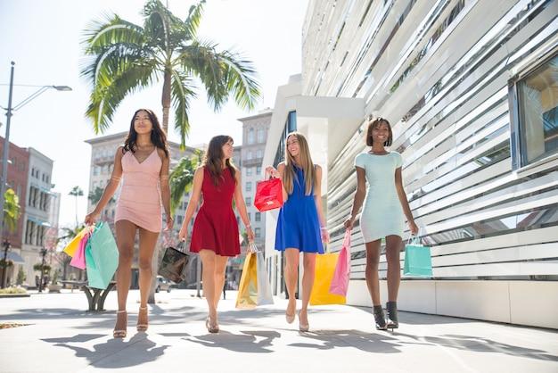 Hermosas mujeres de compras