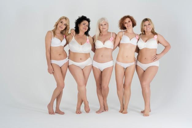 Hermosas mujeres de diferentes formas y edades en lencería