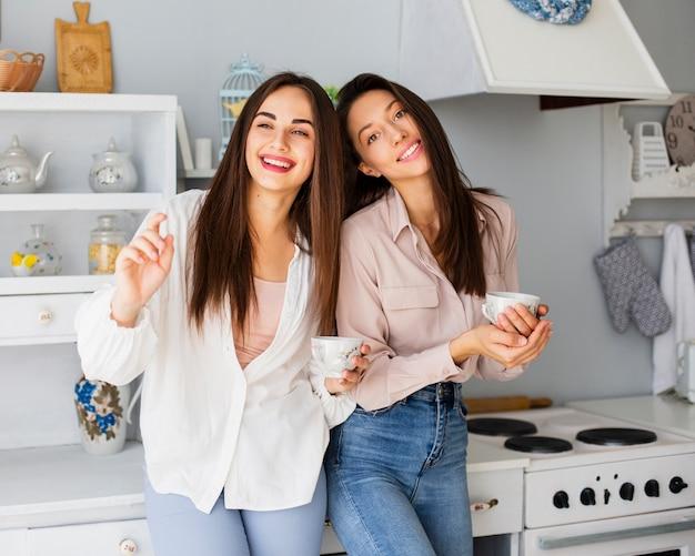 Hermosas mujeres disfrutando de una taza de café