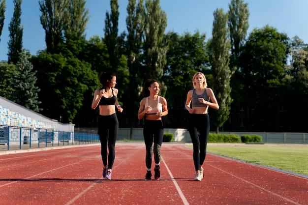 Hermosas mujeres entrenando para una competencia de carrera.