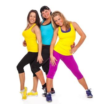 Hermosas mujeres felices en ropa de fitness