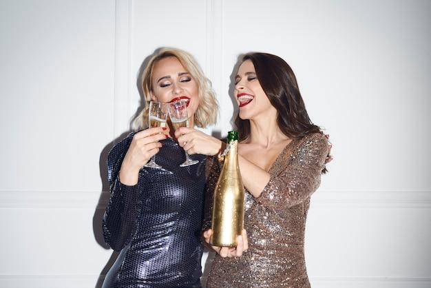 Hermosas mujeres haciendo un brindis por año nuevo