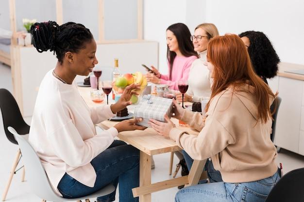 Hermosas mujeres intercambiando regalos