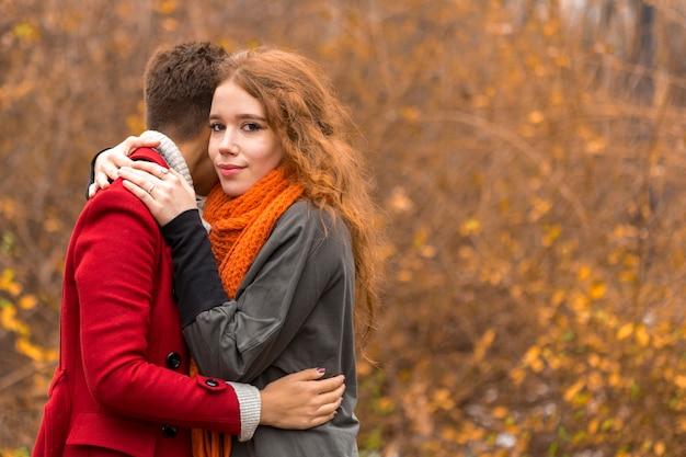 Hermosas mujeres jóvenes abrazando
