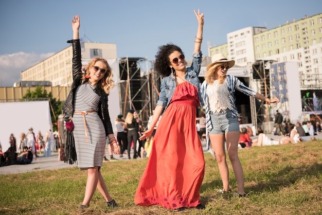 Hermosas mujeres jóvenes divirtiéndose juntos