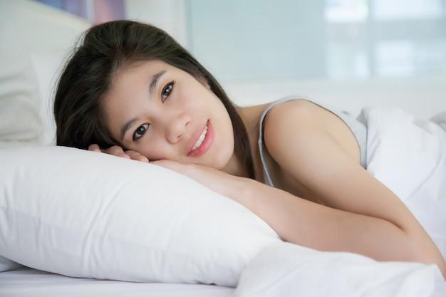 Hermosas mujeres jóvenes duermen en la cama