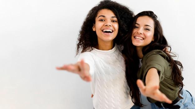 Hermosas mujeres jóvenes posando juntos