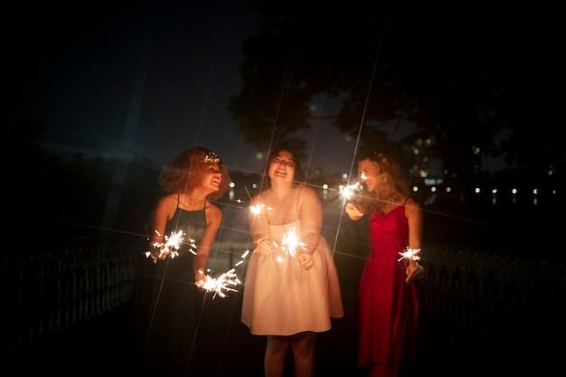 Hermosas mujeres jóvenes en su noche de graduación