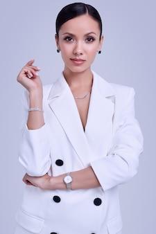 Hermosas mujeres latinas en traje blanco de moda