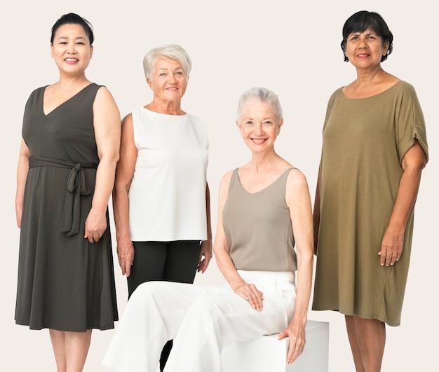 Hermosas mujeres maduras en ropa casual retrato de estudio de cuerpo completo