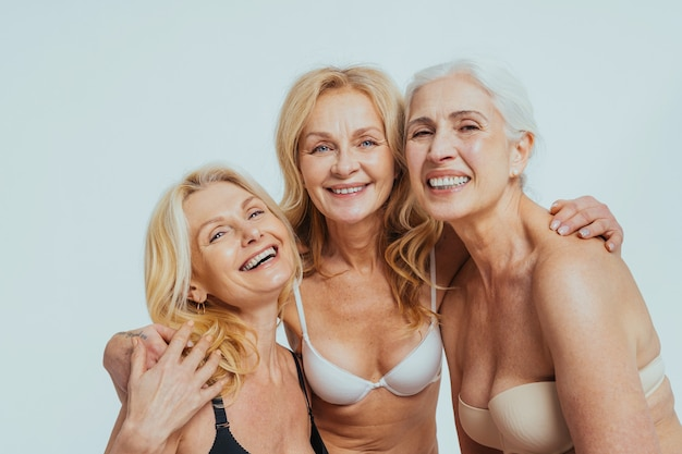 Hermosas mujeres mayores con mirada joven y limpia, disparo de belleza