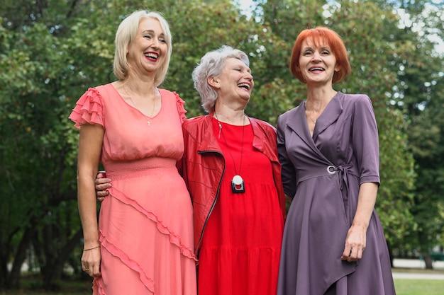 Hermosas mujeres mayores en el parque