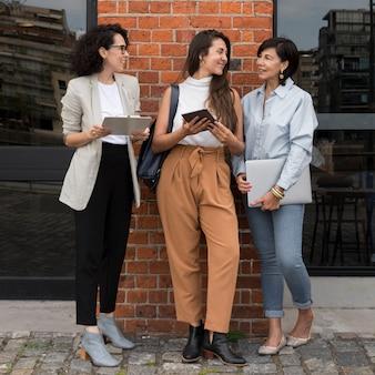 Hermosas mujeres modernas que trabajan al aire libre