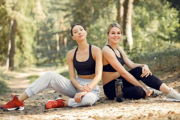 Hermosas mujeres pasan tiempo en un parque de verano