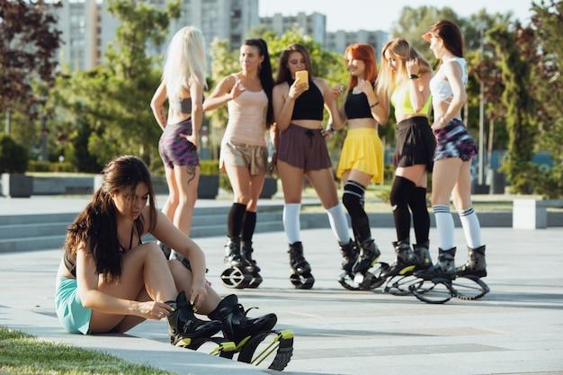 Hermosas mujeres en ropa deportiva con zapatos de salto kangoo