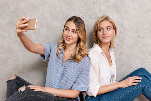 Hermosas mujeres tomando una selfie