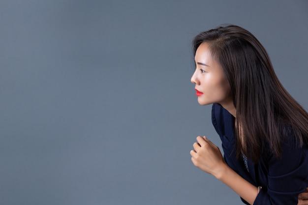 Hermosas mujeres trabajadoras muestran sus emociones con gestos y expresiones faciales.