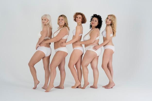 Hermosas mujeres vestidas con lencería y sentirse cómodas