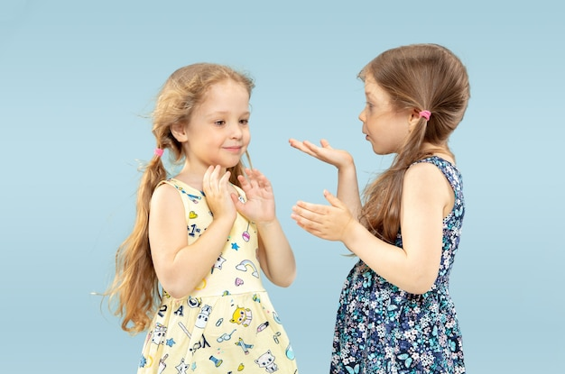 Hermosas niñas emocionales en azul