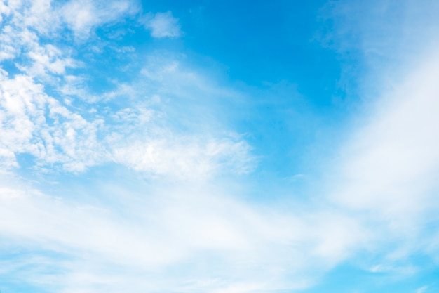 Hermosas nubes blancas con cielo azul. gradiente de color de blanco a azul para el fondo