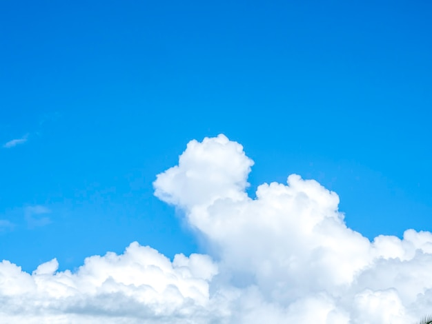 Hermosas nubes blancas limpias y esponjosas en el cielo azul