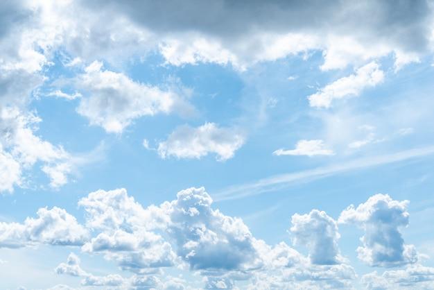 Hermosas nubes en el cielo azul en día de verano