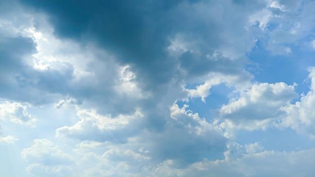 Hermosas nubes y cielo azul a la luz del día