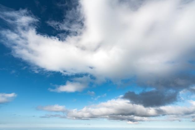 Hermosas nubes en el cielo azul